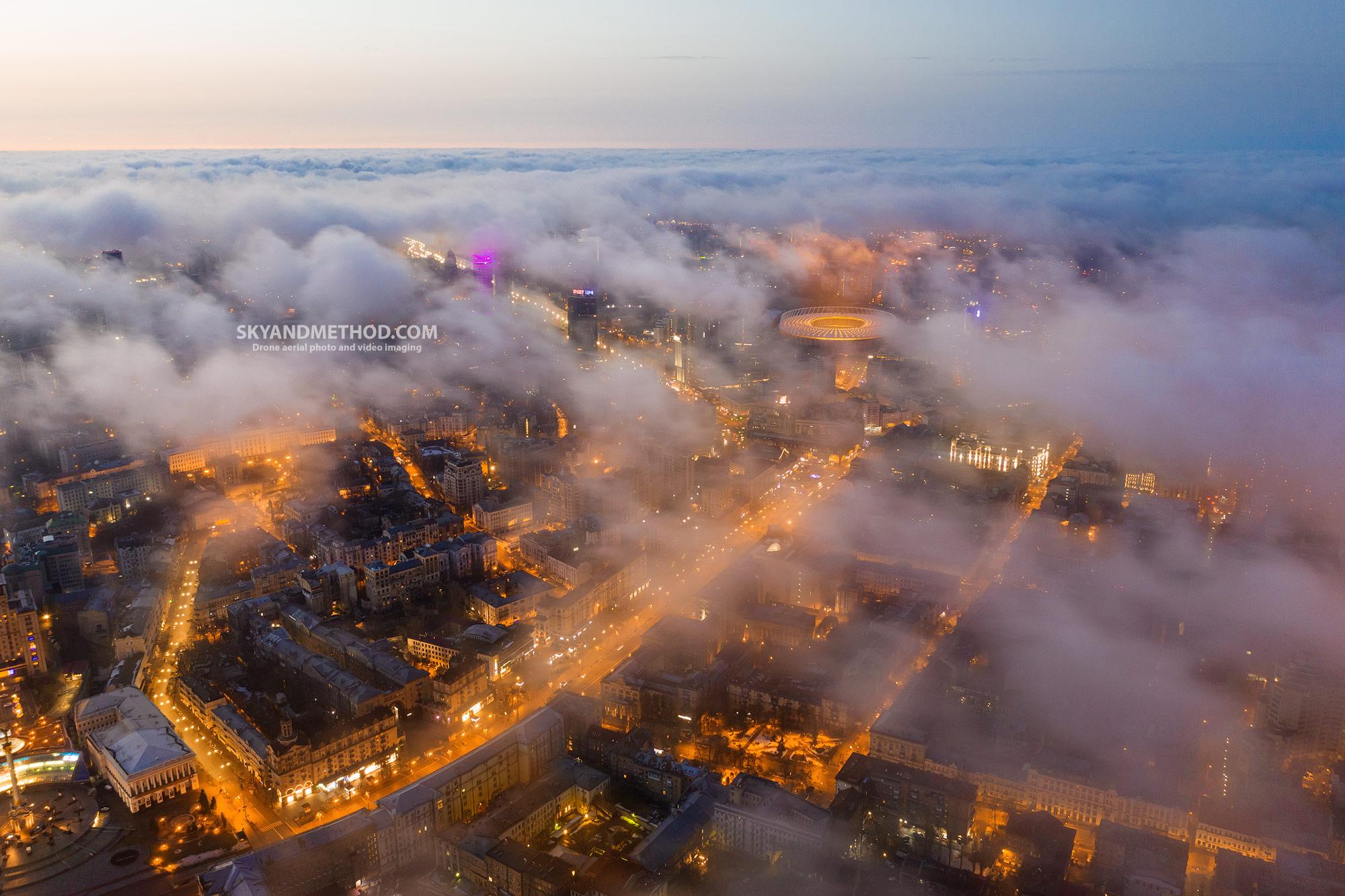 Ночной Киев с высоты. Туман над Крещатиком