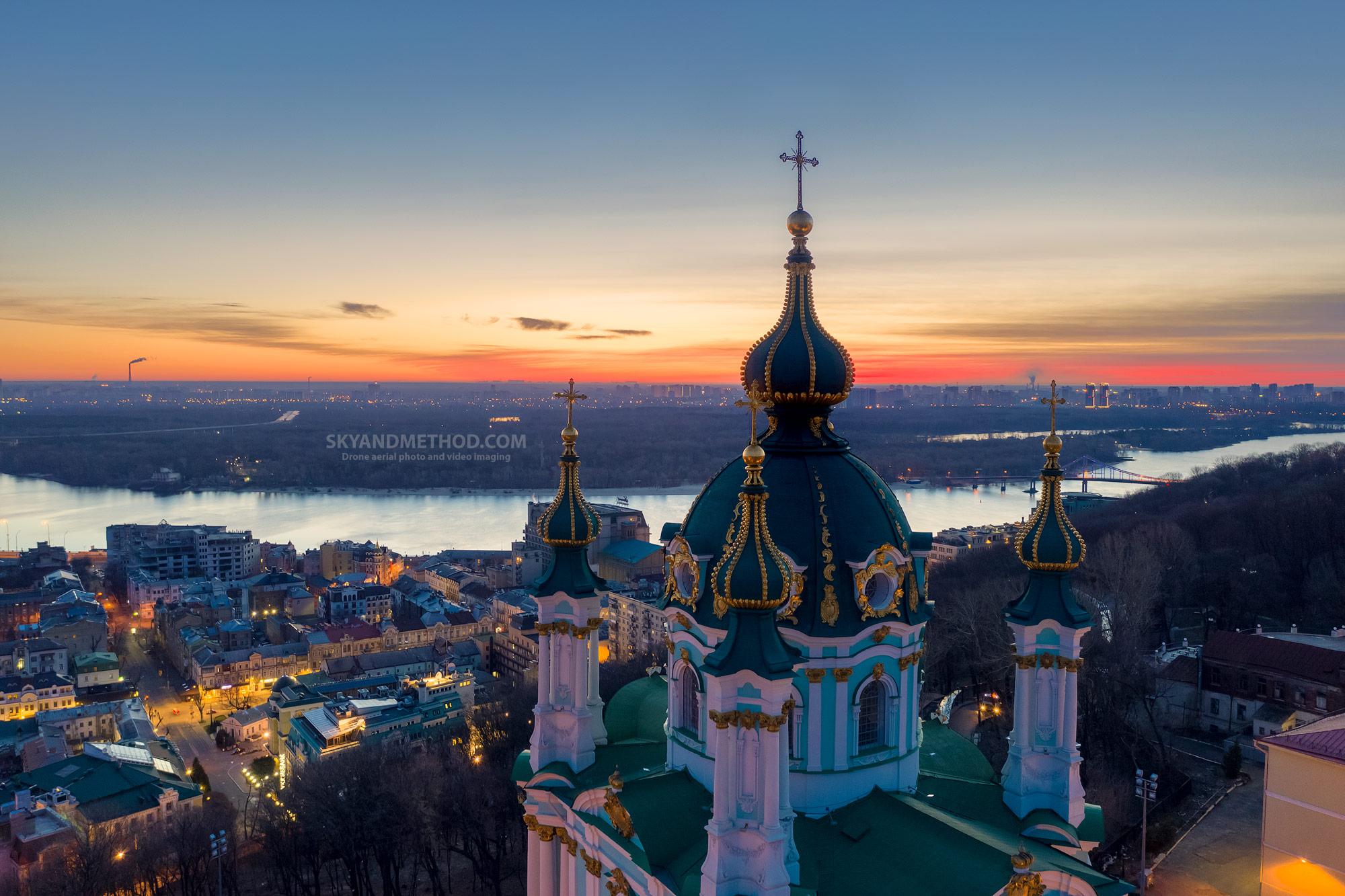 Ночной Киев с высоты. Андреевская церковь
