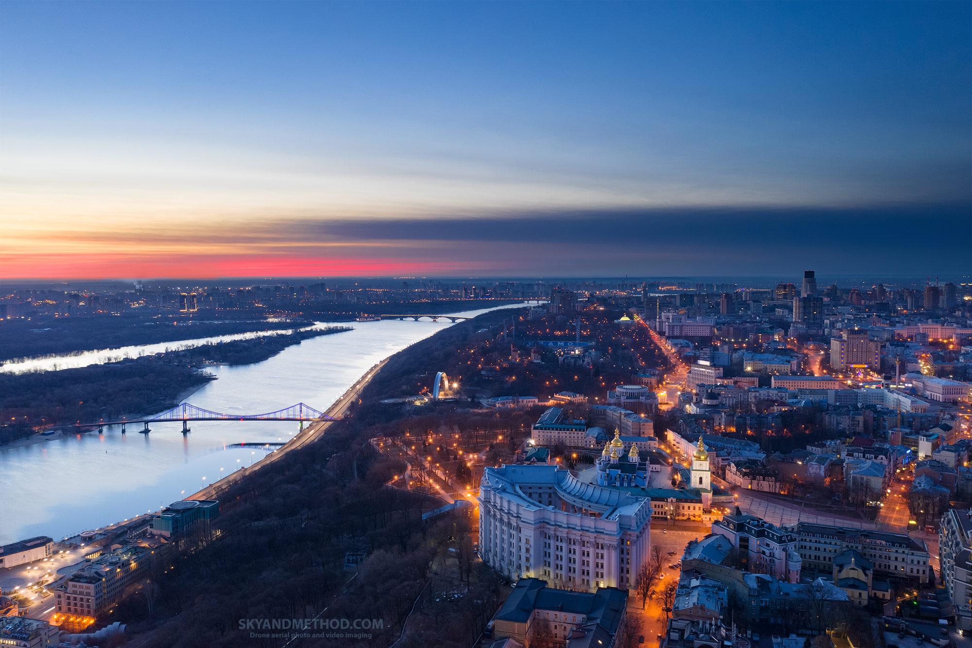 Вид на Михайловскую площадь и Днепр. Один из самых впечатляющих меня ракурсов