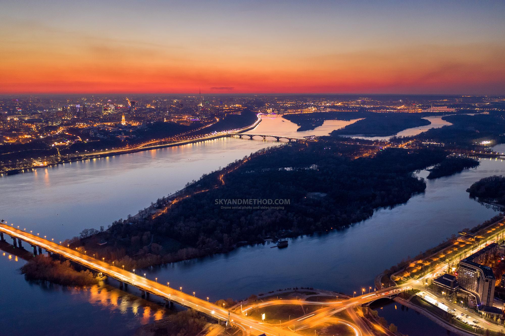 Ночной Киев с высоты. Рассвет над Днепром