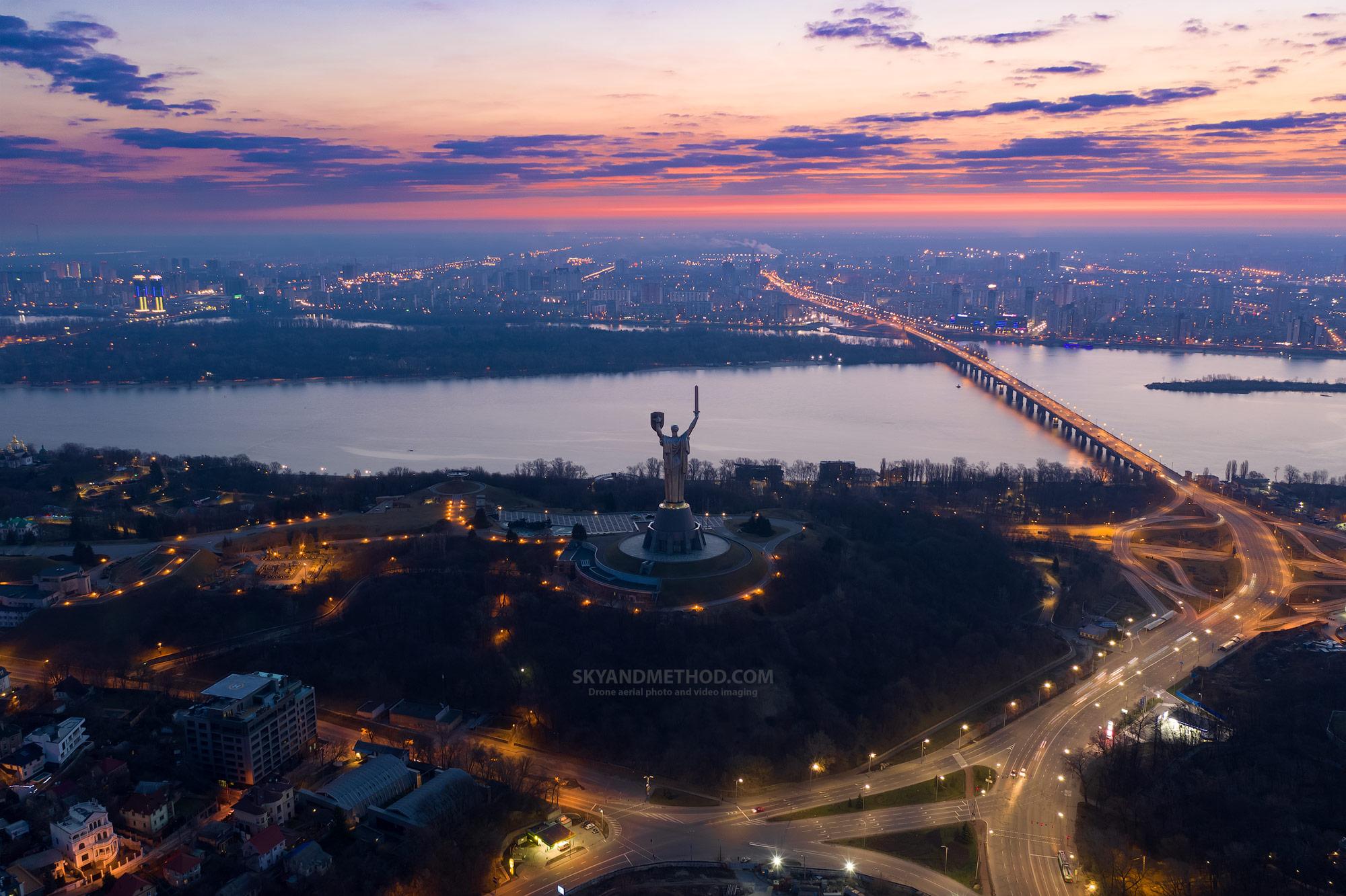 Ночной Киев с высоты. Родина-мать