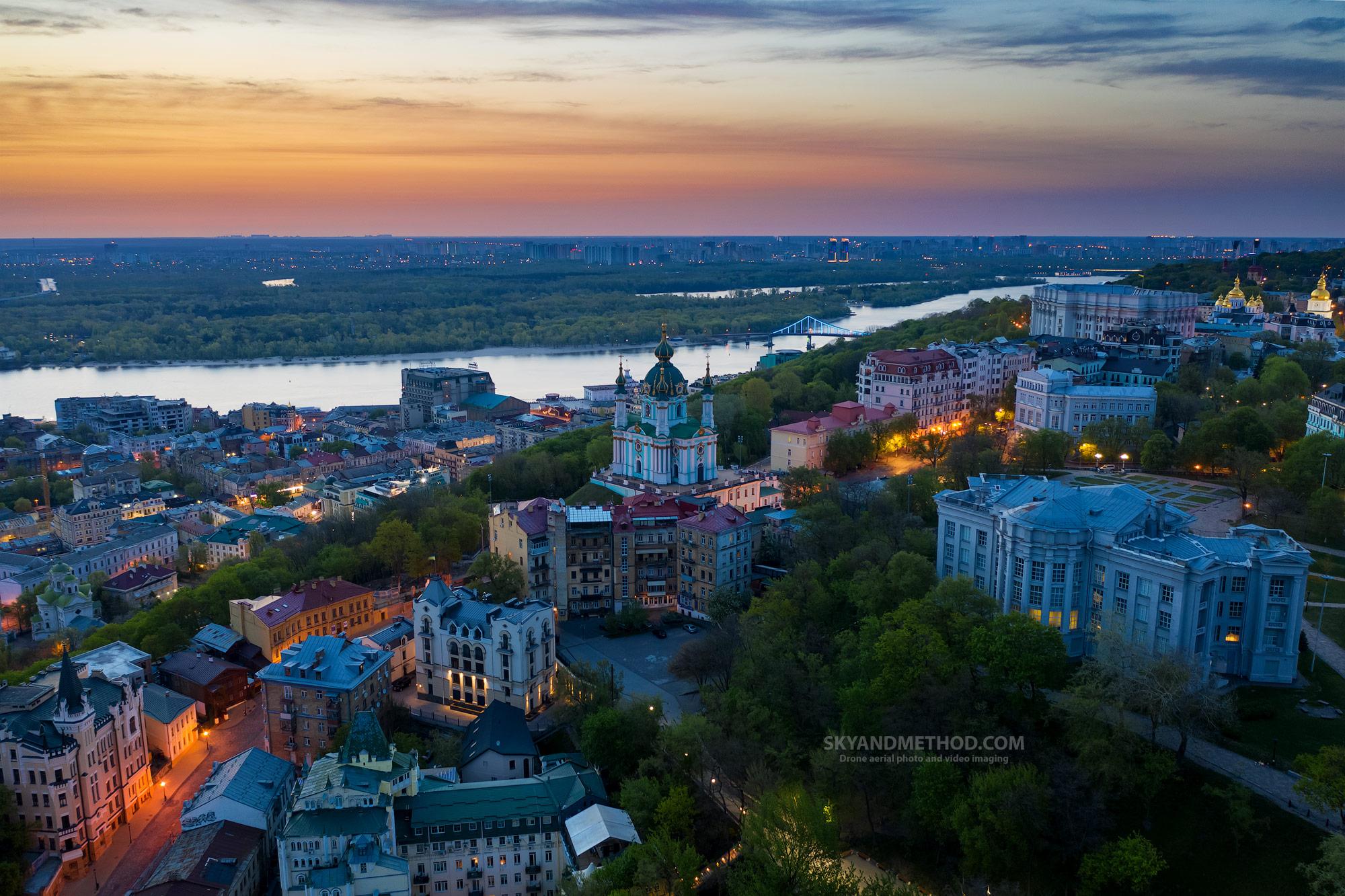 Ночной Киев с высоты. Андреевский спуск на рассвете