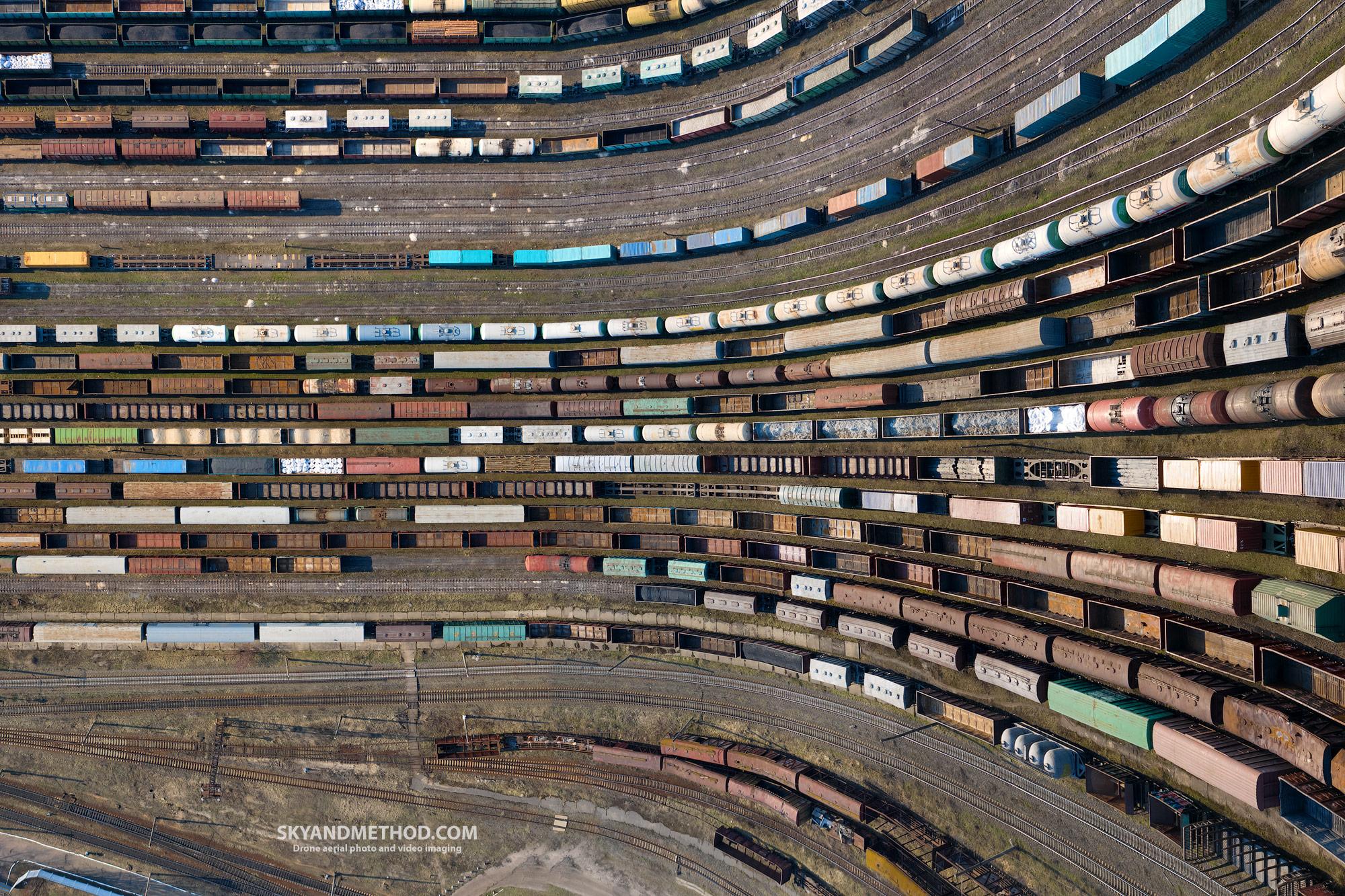 Район Дарницкого ЖД вокзала. Огромный вагонный отстойник, уходящий в небо в переносном смысле, а на фотографии - в прямом
