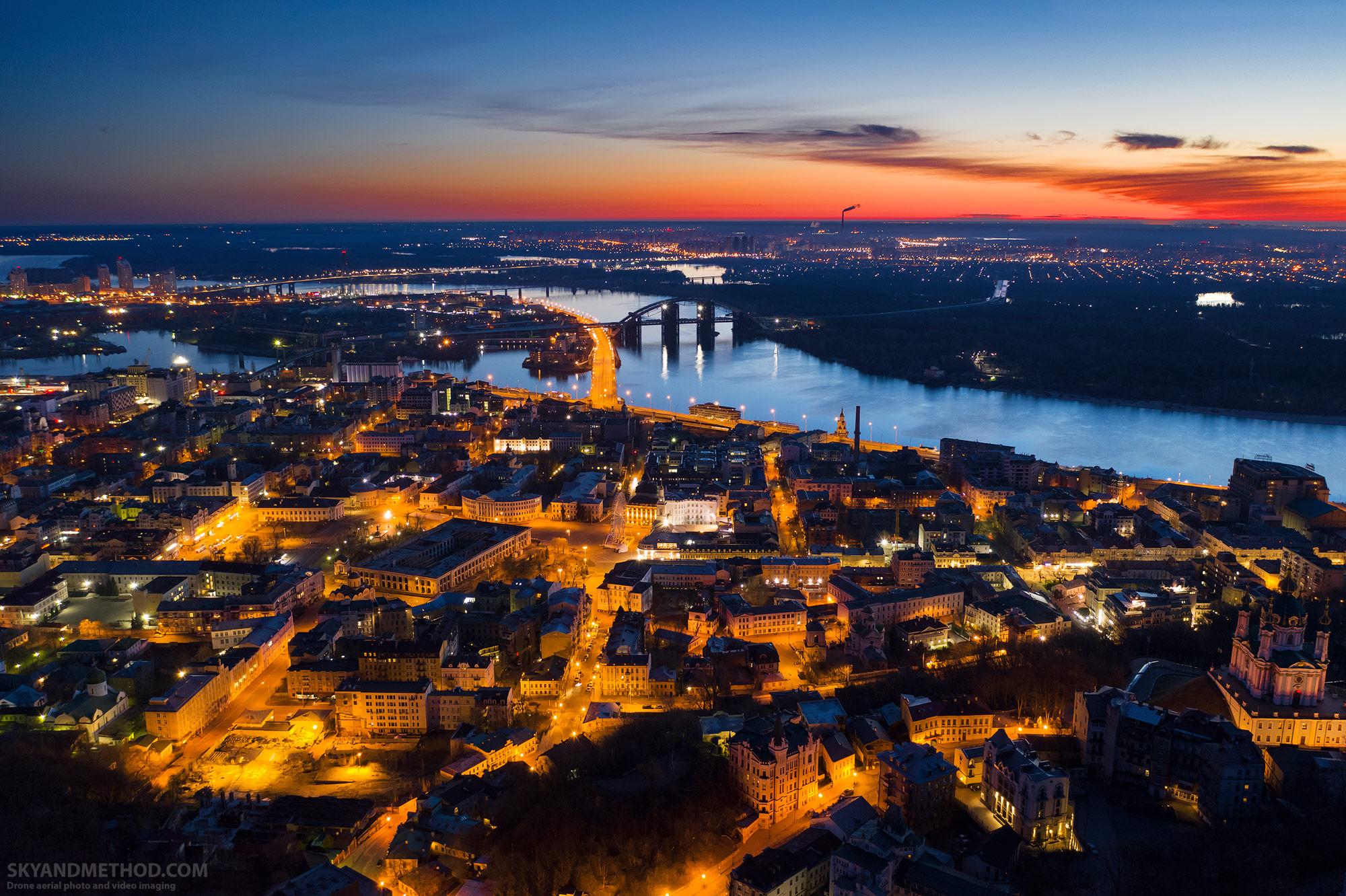 Ночной Киев с высоты. Подол на рассвете